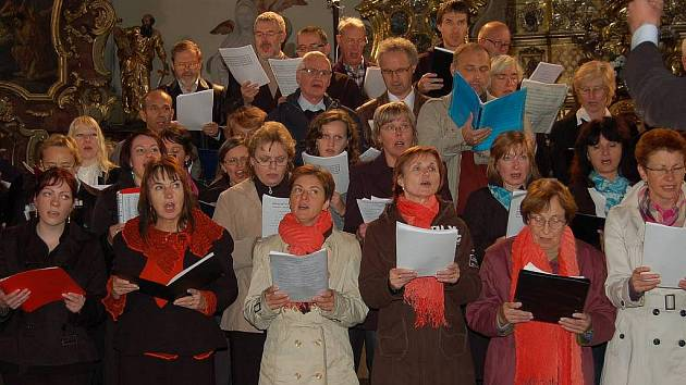 Dvě stě zpěváků ze sedmnácti sborů zazpívalo v domažlickém kostele.