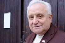 Václav Kabourek před dveřmi staňkovského kostela, kde dělal pět let ministranta.