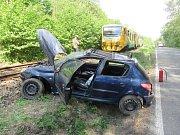 Osobní auto skončilo po havárii částečně v kolejišti