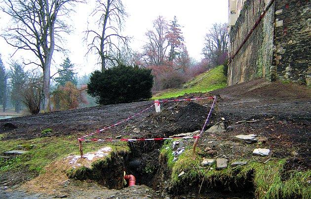 Tisy v okolí zámku zmizely.