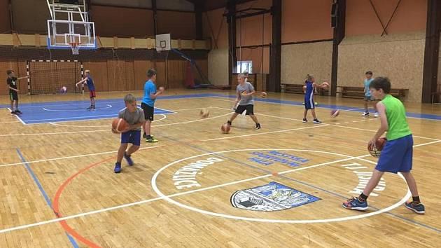 Trénink malých basketbalistů ve standardním režimu.