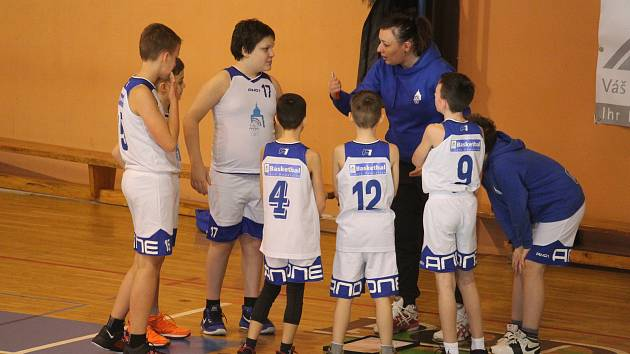 Mladí basketbalisté BK Jiskra Domažlice s trenérkou Michaelou Krekulovou.
