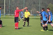 V okresní fotbalové II. třídě v sobotu porazil Slavoj Koloveč (červené dresy) rezervu ZD Meclov 4:3.