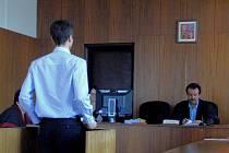 Z JEDNÁNÍ. Svědka Aleše Kučeru doprovodila k soudnému jednání policie, neboť dvakrát nepřišel soudu. Soudce mu již 1. března udělil pořádkovou pokutu.