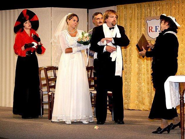 """S divadelní hrou """"Manželství na druhou aneb Barillonova svatba"""" slavili horšovskotýnští ochotníci ve Žluticích úspěch."""