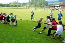 Ze Sportovního dne na hřišti Spartaku v Klenčí pod Čerchovem. Vedle trojboje a fotbalového klání došlo i na přetahování lanem.