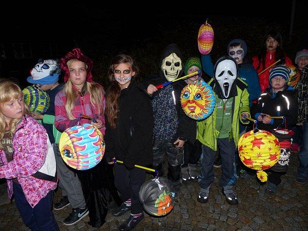 Lampionovým průvodem zahájili školáci dnešní Strašidelné spaní v družině.