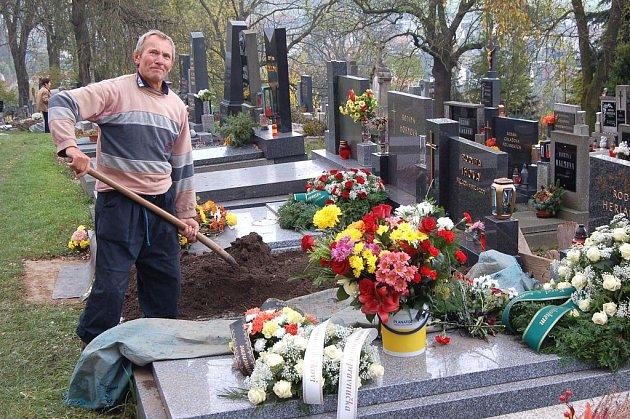 Antonín Váchal je na kdyňském hřbitově správcem už pětadvadvacet let.