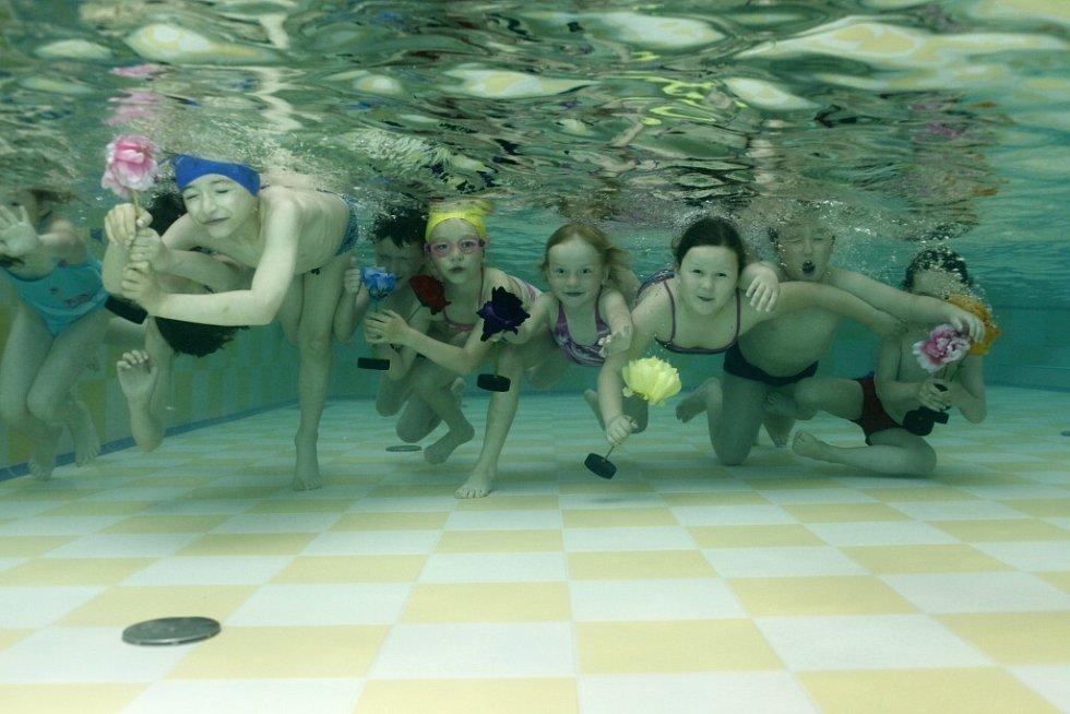 Z dětských kurzů plavání v domažlickém bazénu.