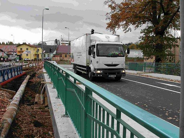 Most u bývalé Hubrovny, po kterém vede silnice 1. třídy, je kompletně opraven.