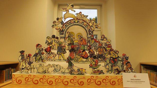 Na výstavě betlémů v kdyňské knihovně vystavují členové Betlémářů Plzeňska - Ivana Sieberová, Pavol Kašník společně s Vratislavem Altmanem.