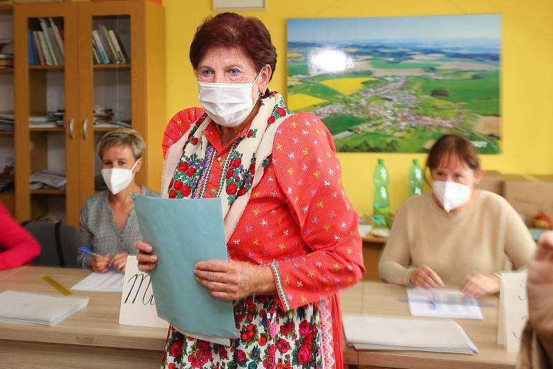 V Mrákově na Domažlicku k volbám přišly některé z voliček oblečené do tradičního chodského kroje.