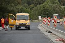 Při opravě mostu v Horšovském Týně měli dělníci štěstí. V době, kdy tam došlo k nehodě, byli na obědě.