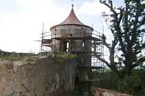 Oprava věže v parku v Horšovském Týně.