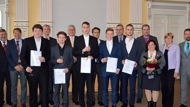 Předáváním certifikátů německé Průmyslové a obchodní komory pěti žákům z SOU Domažlice skončil další cyklus čtyřletého modul přeshraničního vzdělávání.