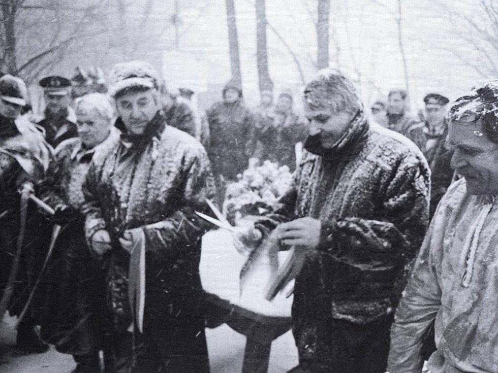 Otevření přechodu Tři znaky / Drei Wappen 2. ledna 1995. Starostové Reinhold Macho a Dieter Ausmüller a místostarosta Domažlic František Budka si v chladném počasí vychutnávali čaj.