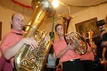 Na sobotním Hasičském bálu v Pasečnici se členové dechové hudby Hájenka vmísili do davu tančících a hráli jim až do pozdních nočních hodin.