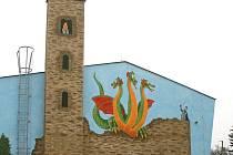 Mateřská škola v Hostouni změnila i svůj vzhled a zkrášlování budovy ještě bude pokračovat.
