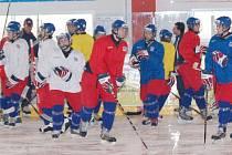 SEDMNÁCTKA PO PORADĚ. Česká hokejová reprezentace opět trénovala na domažlickém ledě. Udělá nakonec nově vybudovaný stadion Domažlicím dobré jméno?
