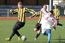 Holýšovský útočník Jan Valachovič ´jde´ v pohárovém utkání se Slavojem Koloveč B za vyrovnávacím gólem.