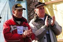 SPORTOVNÍ SVÁTEK V HLUBOKÉ. Místo v Praze se mistrovství republiky konalo v Hluboké na Kdyňsku. Karel Duchek s Janem Löffelmannem byli s průběhem akce spokojeni.