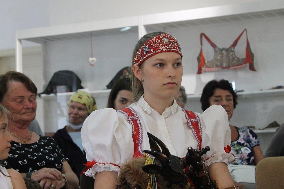 O chodském folkloru a podmalbě na sklo s Annou Krocovou.