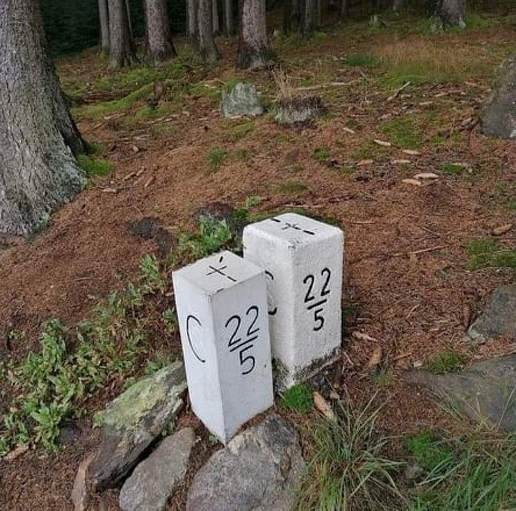 Hraniční znak 22/5 u Pleše. Vpravo originál, vlevo kopie, která byla odstraněna. Foto: externí autr, sociální síť