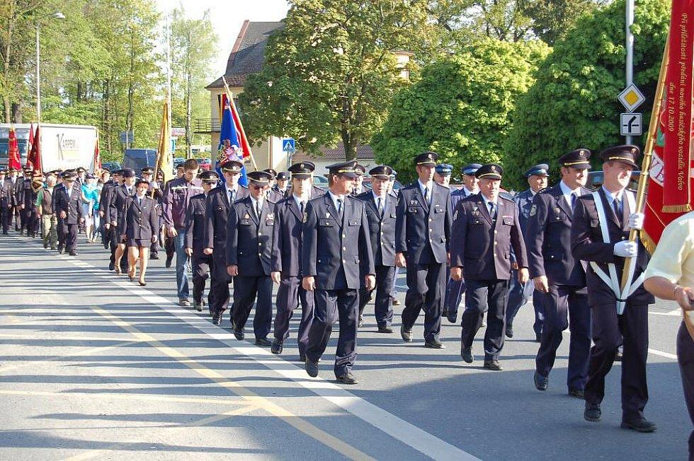 Průvod hasičů v Domažlicích k uctění patrona - svatého Floriana.