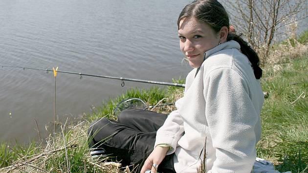 Kristýna Zíková. Největšího kapra o délce 48 cm vytáhla mladá rybářka z Janovic nad Úhlavou.