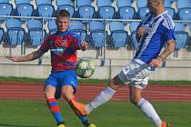 Fotbalisté Jiskry Domažlice (v modrém proti Viktorii Plzeň B) snad budou pokračovat v mistrovských duelech od února.