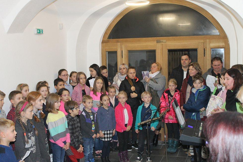 Do Staňkova přišlo zpívat vánoční koledy asi 60 lidí.