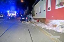 Opilý řidič narazil do domu.
