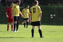 Fotbalisté Hlohové (ve žlutém z utkání proti Osvračínu B) překvapili výhrou ve Všerubech 2:0.