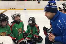Hokejové dovednosti se budou hodit mladým hráčům HC Domažlice v jejich zápasech (na snímku žáci s trenérem Tiborem Vargou).