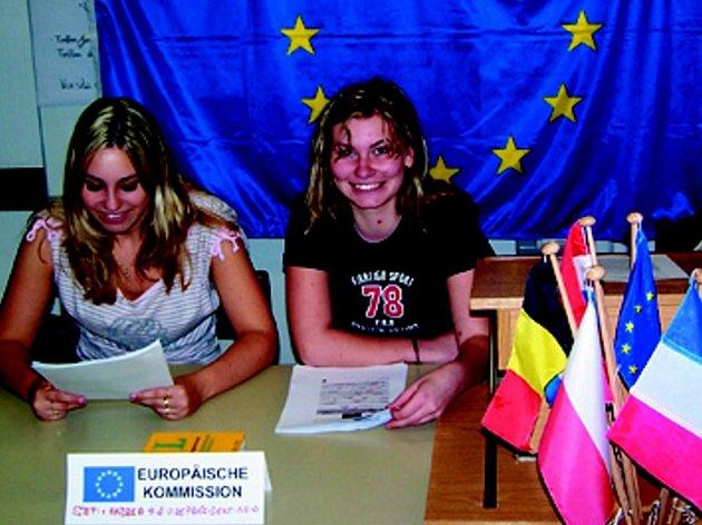 ÚLOHU ČLENEK PŘEDSEDNICTVA  EVROPSKÉ KOMISE plnily ve Weidenbergu domažlické gymnazistky Stephanie Wernerová  a  Andrea Matějková (zprava)