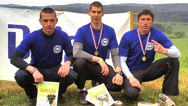 U ROZHLEDNY KUNÍČEK. Milevský pohár TFA výborně zvládli (zprava) Antonín Rendl, Pavel Kouřík a Jiří Hnyk.