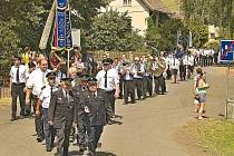 Ze slavnostního průvodu u příležitosti oslavy 111. výročí založení hasičského sboru v Brnířově. Nechyběli v něm hasiči z okolních sborů, ani bavorští přátelé z obce Kleinaigen, která se nachází nedaleko hraničního přechodu Všeruby.
