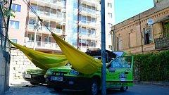 PŘESPÁVÁNÍ uprostřed sídliště v Tbilisi. Pro místní jdoucí na ranní nákupy byly zelené Felicie zajímavá atrakce.