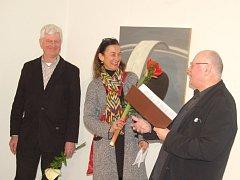 Aloise Öllingera (vlevo) představila domažlickému publiku Anjalie Chaubal z chamské galerie Cordonhaus. Oba hosty uvedl vedoucí domažlické galerie Václav Sika.
