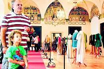 Sál plný originálních kostýmů a dalších rekvizit z oblíbené česko-německé filmové pohádky Tři oříšky pro Popelku v roce 2012 hlavním lákadlem sezony ve Státním hradu a zámku Horšovský Týn.
