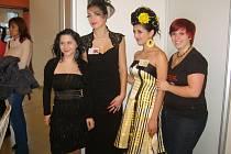 ÚSPĚCH V ČESKÝCH BUDĚJOVICÍCH. Na snímku zleva kosmetička Erika Čárová s modelkou a kadeřnice Jana Zikudová s modelkou.