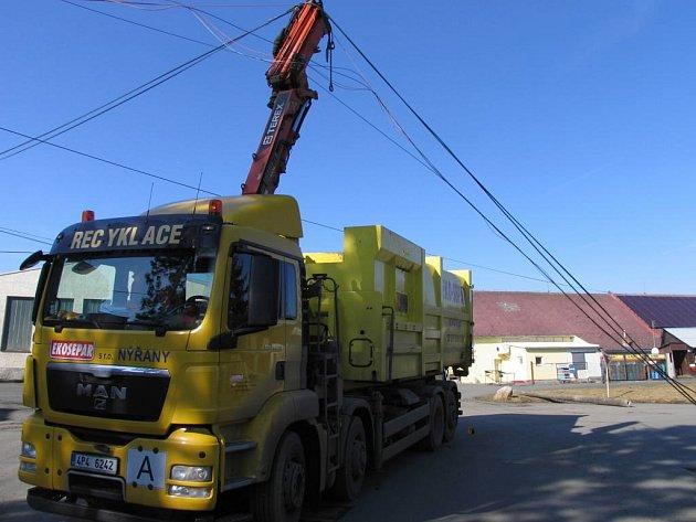 Řidič tohoto vozu zdemoloval betonový sloup a přetrhal vedení v areálu ZOD Mrákov.