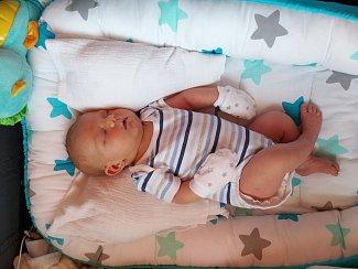 TYLER GOTTSTEIN z Hluboké (4520 g a 51 cm) se narodil 20. května v Domažlicích mamince Andree, doma se těšil bráška Ryan (3).