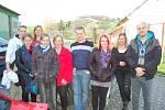 Z Benešova přivezla v pátek odpoledne materiální pomoc ve třech autech a přívěsném vozíku Nikola Voříšková (třetí zprava) se svými přáteli. Poděkovali jim za ní Pavlína Šleglová (uprostřed) se svými čtyřmi dětmi.
