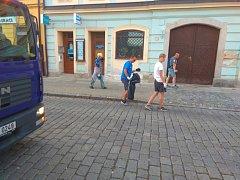 Závěrečný úklid města po Chodských slavnostech zajišťovali pracovníci DTS a brigádníci z Jiskry Domažlice.