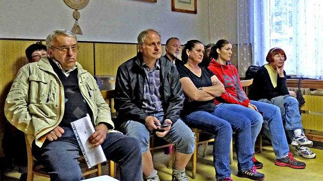 Z JEDNÁNÍ ZASTUPITELSTVA. Mezi jinými se na ně dostavili občané, kteří na Úřad městyse poslali petici.