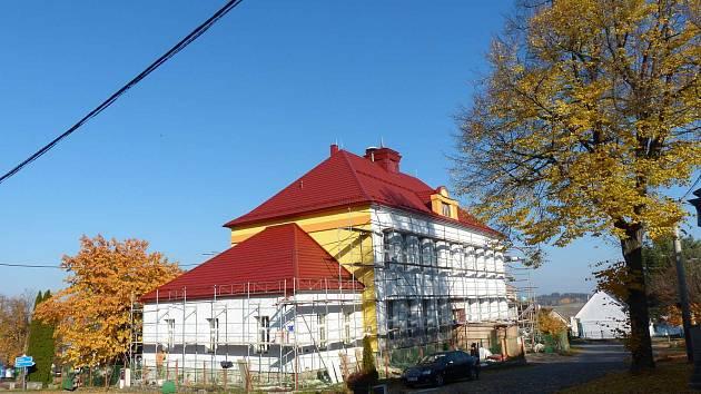 Z téměř stoleté budovy základní školy se stává zateplený, na první pohled moderní objekt s novotou zářící střechou.