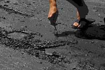 Tekoucí asfalt ničí boty a kola aut.