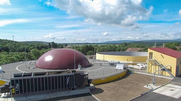 V popředí vidíme podlouhlý dávkovač, ze kterého jsou suroviny dopravovány do dominantní kopulovité stavby v pozadí fermentoru, v němž vzniká samotný bioplyn. Stavba zcela vpravo ukrývá řídící centrum stanice a dvojici motorů s generátory.