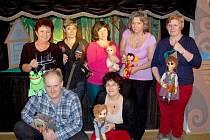 Společná fotografie členů staňkovského loutkového divadla.